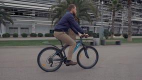 Individuo activo en una bici almacen de video