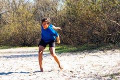 Individuo adolescente atlético que juega el disco volador Fotos de archivo libres de regalías