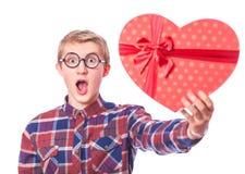 Individuo adolescente con el regalo. Foto de archivo