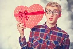 Individuo adolescente con el regalo. Fotografía de archivo libre de regalías
