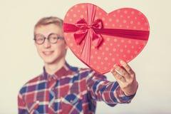 Individuo adolescente con el regalo de la forma. Foto de archivo libre de regalías