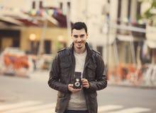 Individuo adolescente con la cámara retra en al aire libre Imágenes de archivo libres de regalías
