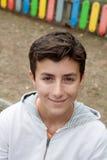 Individuo adolescente feliz que mira la cámara Fotografía de archivo