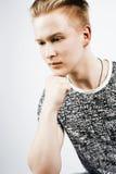 Individuo adolescente hermoso joven del inconformista que plantea la sonrisa emocional, feliz contra el fondo blanco aislado, gen Foto de archivo