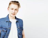 Individuo adolescente hermoso joven del inconformista que plantea la sonrisa emocional, feliz contra el fondo blanco aislado, gen Foto de archivo libre de regalías