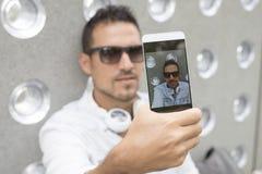 Individuo adolescente moderno que toma un autorretrato al aire libre Fotos de archivo