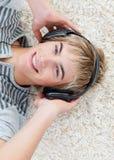 Individuo adolescente que escucha la música Imágenes de archivo libres de regalías