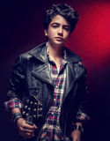 Individuo adolescente que presenta con la guitarra Fotos de archivo