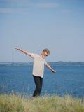 Individuo adolescente que se relaja cerca del río Un muchacho casual al aire libre en un fondo borroso Concepto moderno de la mod Fotografía de archivo