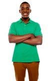 Individuo africano sonriente con los brazos cruzados Imagenes de archivo