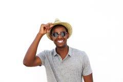 Individuo afroamericano alegre que sonríe con el sombrero y las gafas de sol Fotos de archivo libres de regalías