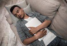 Individuo afroamericano en casa imagen de archivo libre de regalías