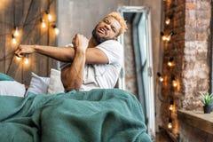 Individuo afroamericano soñoliento que intenta despertar fotos de archivo