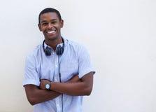 Individuo afroamericano sonriente con los auriculares Imagen de archivo