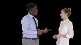 Individuo afroamericano y muchacha que hablan del negocio, Alpha Channel metrajes