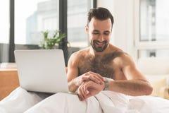 Individuo alegre que planea su mañana en dormitorio fotografía de archivo libre de regalías