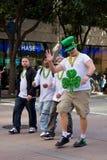 Individuo alto en sombrero verde en el desfile de San Patricio Foto de archivo