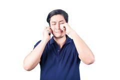 Individuo asiático con el teléfono móvil a disposición y llorando, aislado en pizca Imagenes de archivo