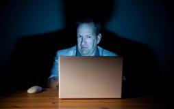 Individuo asqueado del ordenador Fotos de archivo
