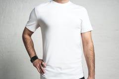 Individuo atlético joven que lleva la camiseta blanca en blanco, primer del estudio, Fotos de archivo libres de regalías