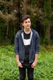 Individuo atractivo del adolescente en un parque Imagen de archivo libre de regalías