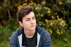 Individuo atractivo del adolescente en un parque Imágenes de archivo libres de regalías