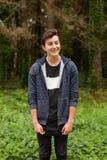 Individuo atractivo del adolescente en un parque Fotos de archivo