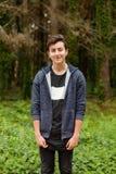 Individuo atractivo del adolescente en un parque Fotografía de archivo