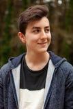 Individuo atractivo del adolescente en un parque Imagenes de archivo