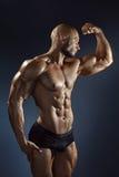 Individuo atractivo joven muscular que presenta en estudio Imagen de archivo