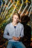 Individuo atractivo joven que presenta en estudio Fotografía de archivo libre de regalías