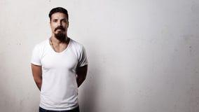 Individuo barbudo en camiseta en blanco Imagenes de archivo
