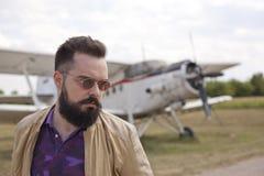 Individuo barbudo en el aeropuerto imagen de archivo