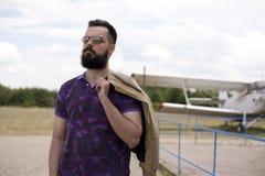Individuo barbudo en el aeropuerto foto de archivo