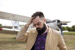 Individuo barbudo en el aeropuerto imagen de archivo libre de regalías