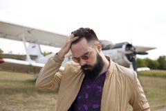 Individuo barbudo en el aeropuerto fotografía de archivo libre de regalías