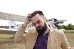Individuo barbudo en el aeropuerto fotografía de archivo