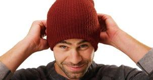 Individuo blanco atractivo que sonríe en la cámara en el fondo blanco Fotografía de archivo