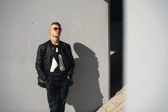 Individuo blanco en gafas de sol en un día soleado lifestyle Imagenes de archivo