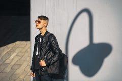 Individuo blanco en gafas de sol en un día soleado lifestyle Foto de archivo