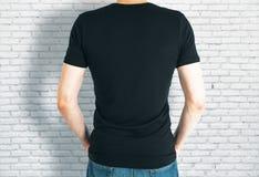 Individuo casual en parte posterior negra de la camisa Foto de archivo libre de regalías