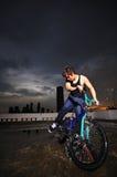 Individuo chino asi?tico de la bicicleta que hace trucos en rooftop2 Imágenes de archivo libres de regalías