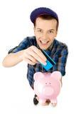 Individuo con de la tarjeta de crédito y el piggybank Fotos de archivo libres de regalías