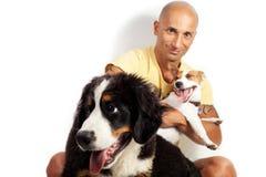 Individuo con dos perros Fotos de archivo