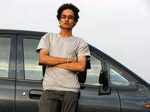 Individuo con el coche Foto de archivo