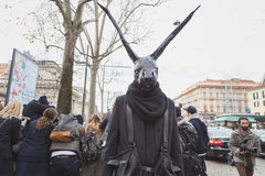Individuo con el edificio exterior del desfile de moda de Gucci de la máscara del conejo para la milipulgada Fotografía de archivo libre de regalías