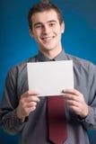 Individuo con el notecard, sonriendo Foto de archivo libre de regalías