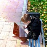 Individuo con el ordenador portátil al aire libre Fotos de archivo