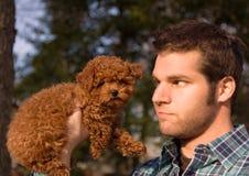Individuo con el perrito minúsculo foto de archivo libre de regalías
