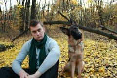 Individuo con el perro en el parque Imagenes de archivo